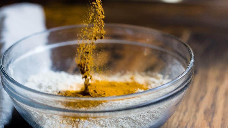 Photo d'un bol dans lequel on ajoute des épices