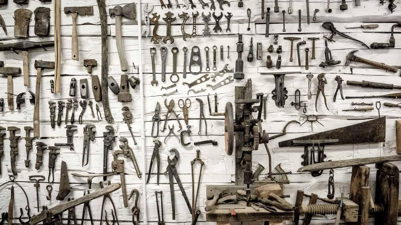 Photo d'un mur plein d'outils