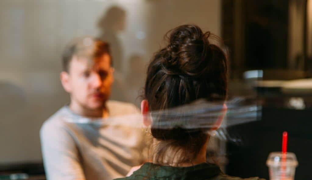 Photo de 2 personnes dans une salle de réunion