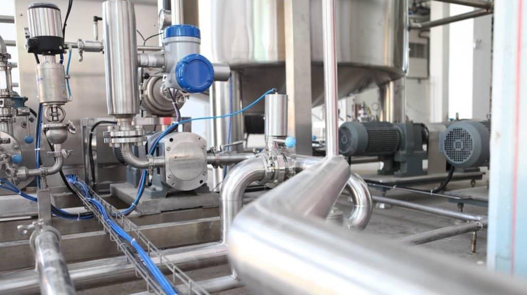 Photo d'une usine pleine de tuyaux