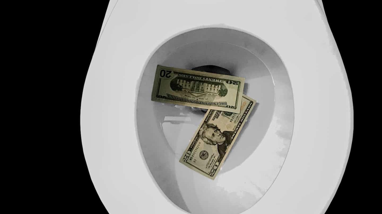 Photo de billets dans les toilettes