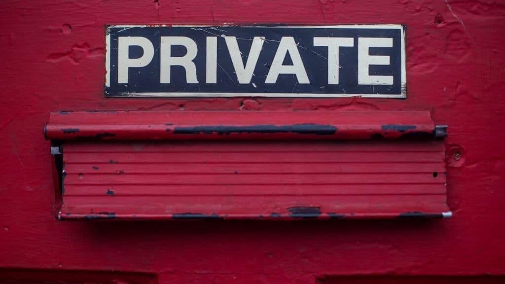 """Photo d'une boîte aux lettres avec écrit """"Private"""""""