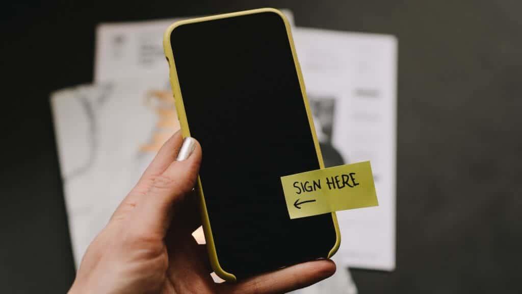Photo d'un téléphone avec un encart signature