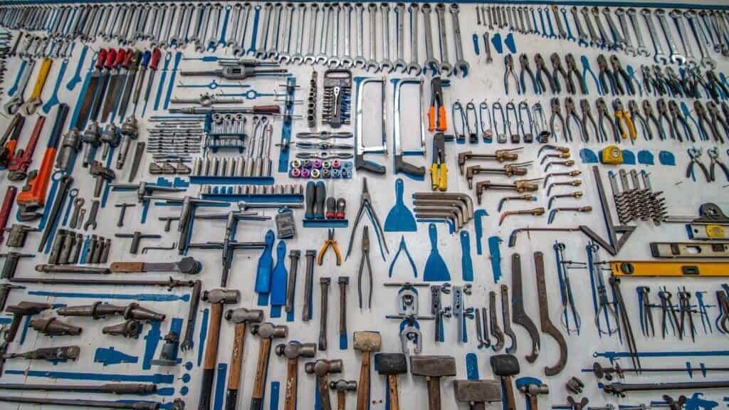 Photo de beaucoup d'outils rangés par terre
