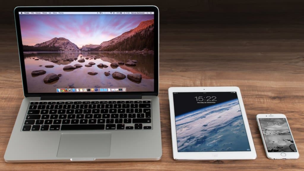 Photo d'un ordinateur, d'une tablette, et d'un téléphone