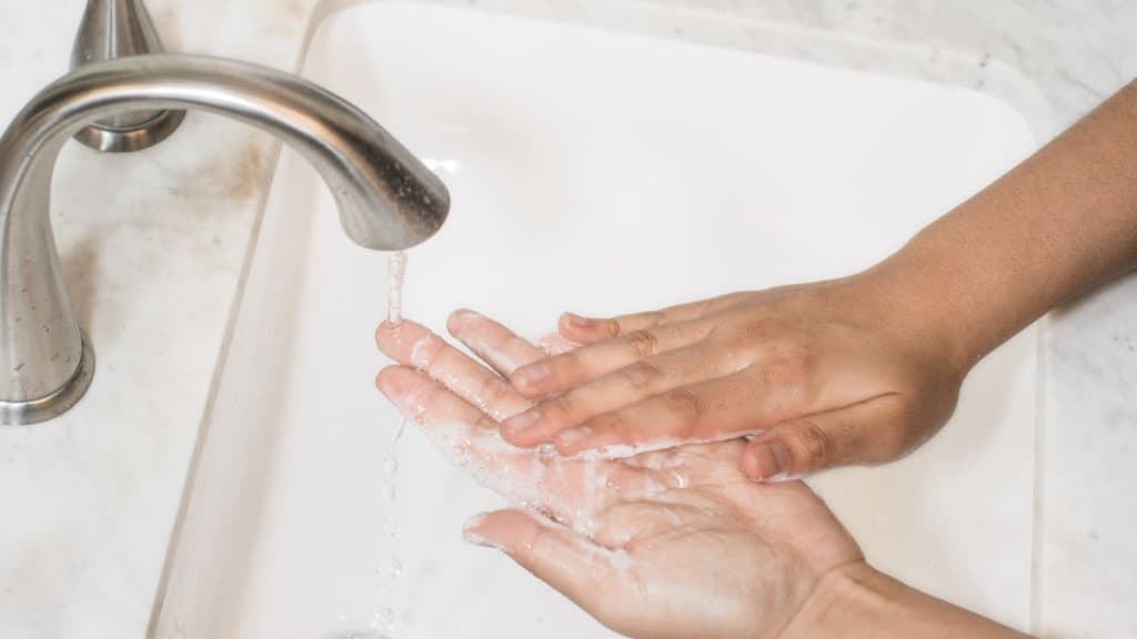 phto de quelqu'un qui se lave les mainss