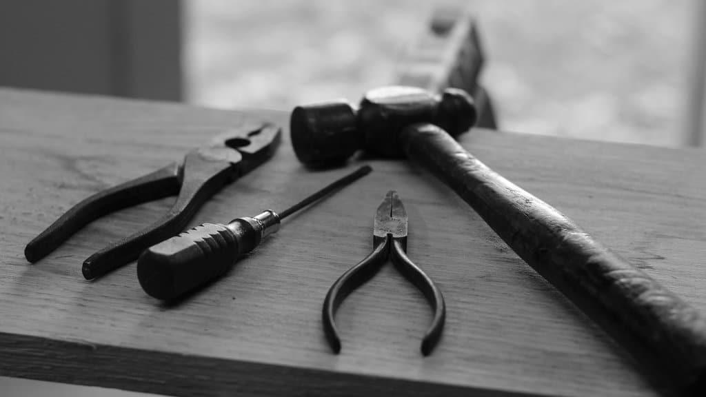 Photo de quelques outils sur une table