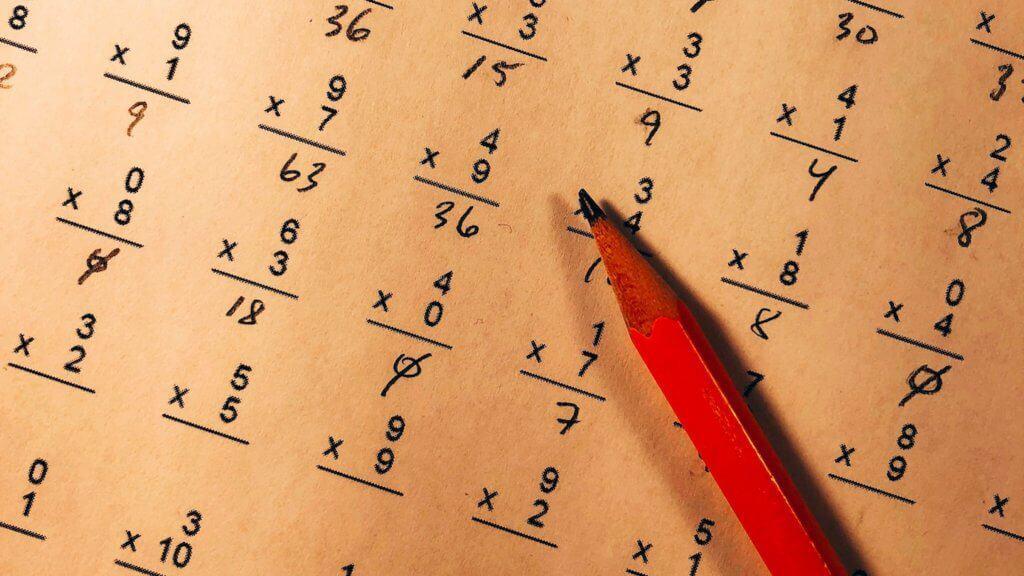 Photo d'un crayon sur des exercices de maths
