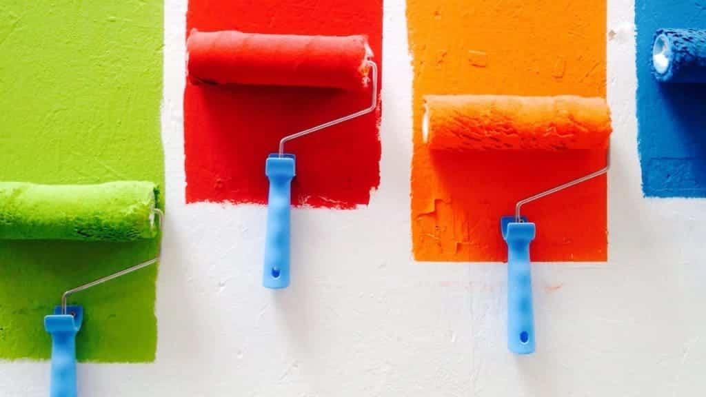 Photo de 4 rouleaux de peinture de couleurs différentes