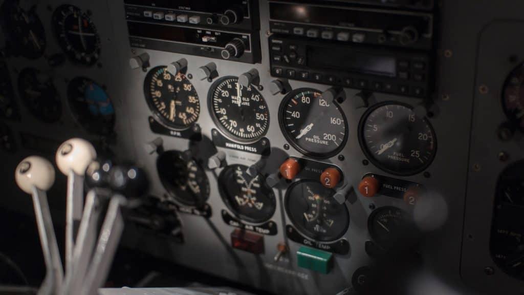 Photo d'un cockpit d'avion de tourisme
