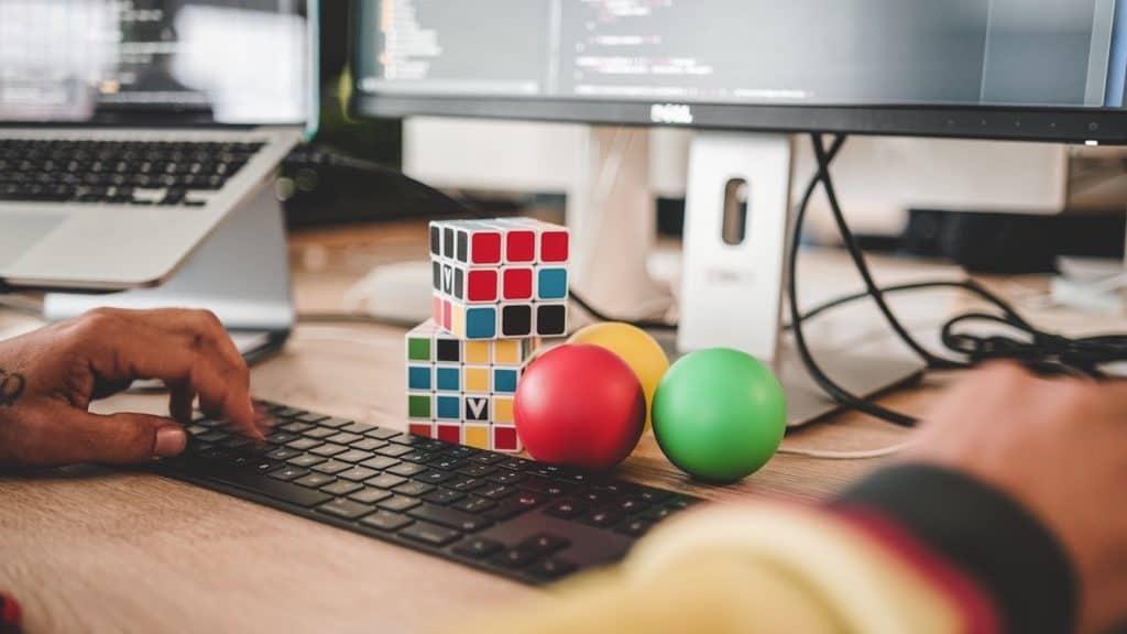 photo de quelqu'un devant son clavier