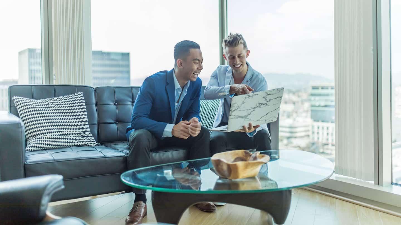 deux hommes d'affaire consulte un écran