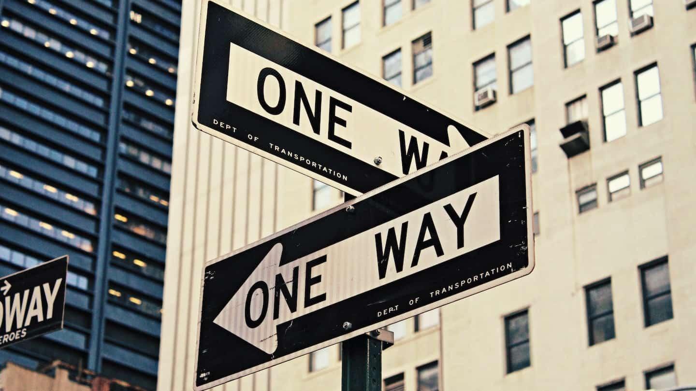 panneaux de direction à New-York indiquant deux chemins différents