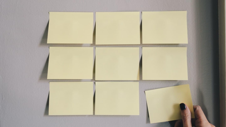 post it collés sur un mur pour brainstorming