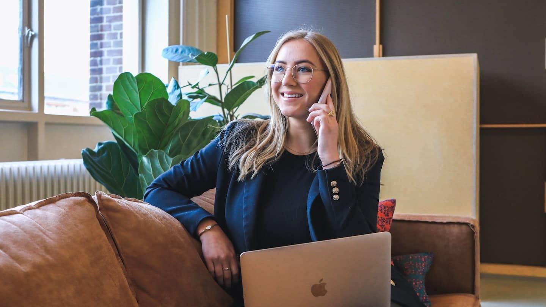 business woman souriante au telephone