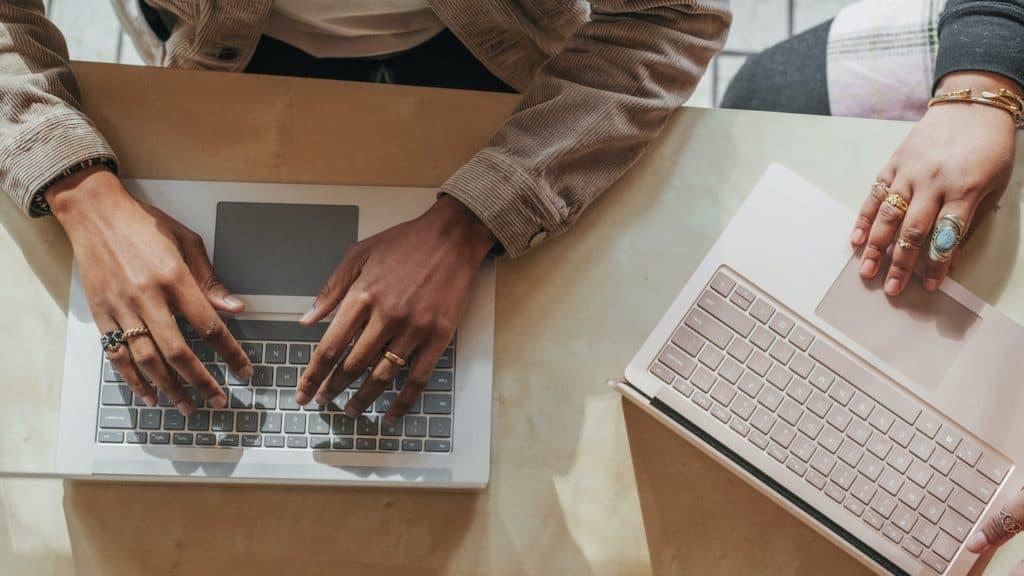 personnes vues de haut tapant sur un clavier