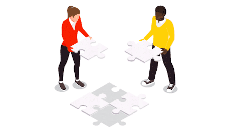 deux personnes construisant un puzzle