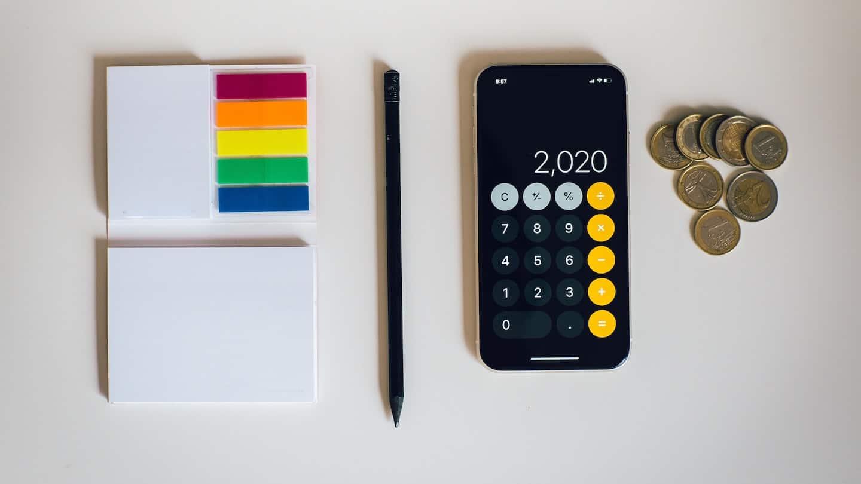 calculatrice, post-it et pièces de monnaie