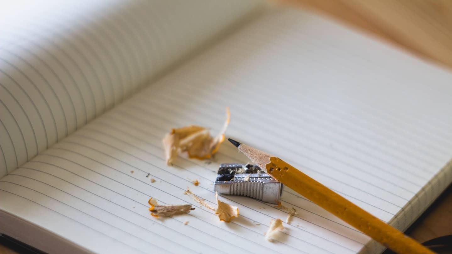 feuille de carnet, crayon et taille-crayon