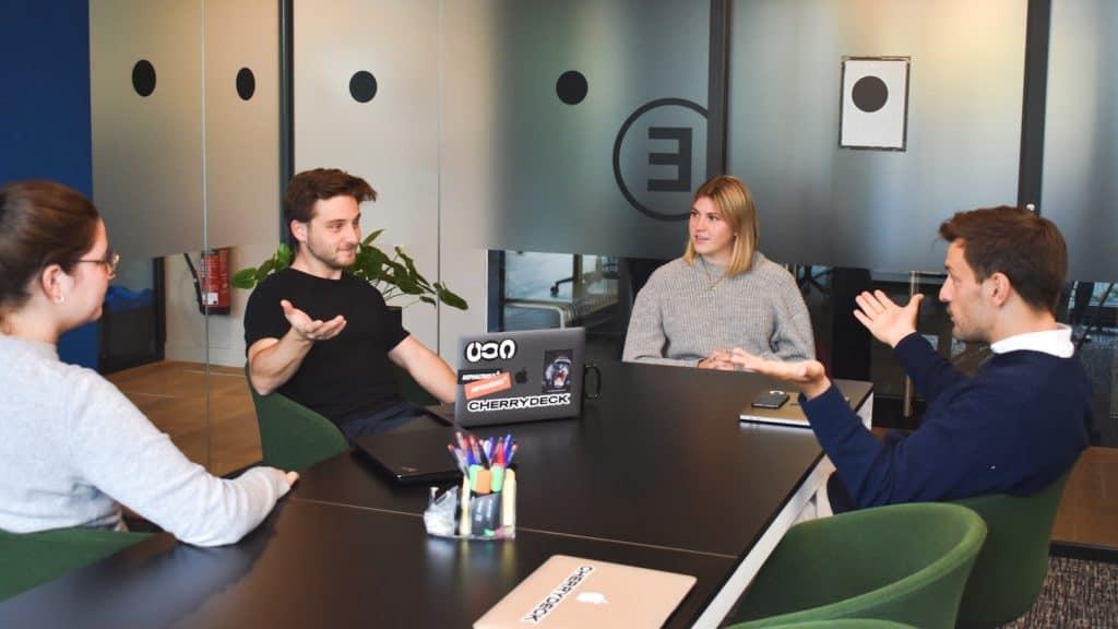 jeune équipe d'agence en réunion
