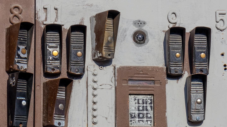 Photo de pleins d'intercom au mur